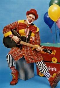 Rathauspassage Eberswalde clown-gitarre-2-204x300 `ABC und 1 2 3- Clown Nanü ist mit dabei` Aktuelles Veranstaltungen